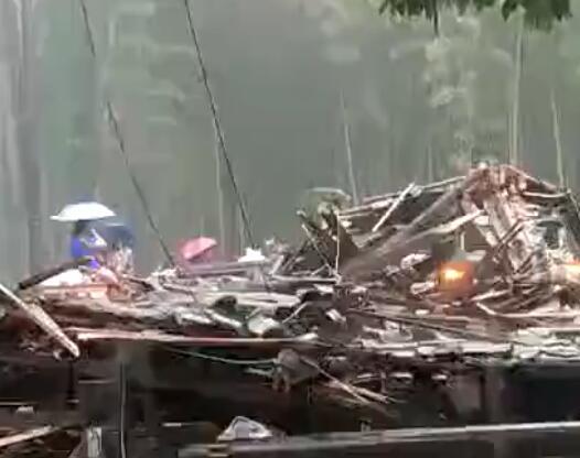 浙江木质廊亭倒塌 这也太可怕了吧