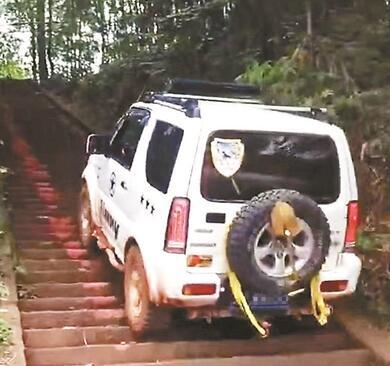 驾车爬梯损坏台阶 为什么这么没素质?