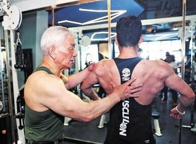 八旬大爷一身肌肉 究竟是怎么回事?