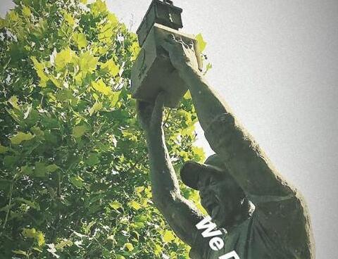 马布里晒举鼎铜像 究竟是怎么回事?