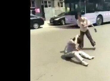 女子当众殴打母亲 究竟是怎么回事?