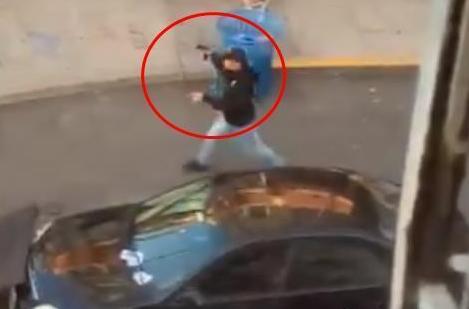 美国男子开车冲进游行人群并开枪 为什么开枪?