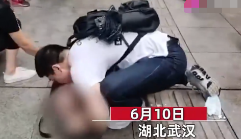 武大博士吴亦凡跪地施救老人 摘口罩做人工呼吸实在感人