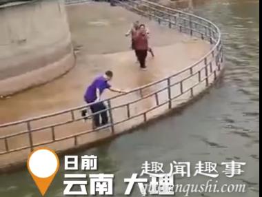 近日一段视频在网上走红:云南一位大叔正在河边看风景,大鱼突然跃出水面跳入怀中