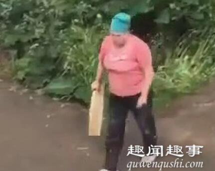 草丛里露出一对男女的脚 大妈撞见后棒打鸳鸯画面太尴尬画面曝光实在令人震惊