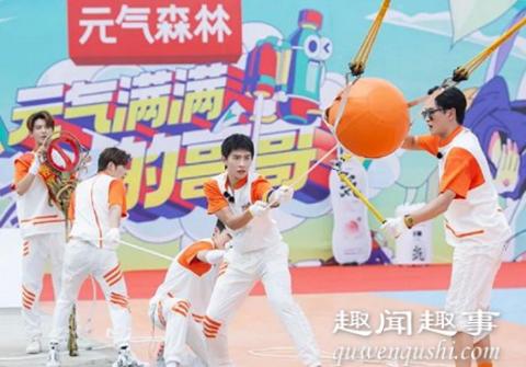 吴奇隆在录制综艺节目时变装玩游戏,结果被保安当成坏人直接按倒在地,导演急得大喊