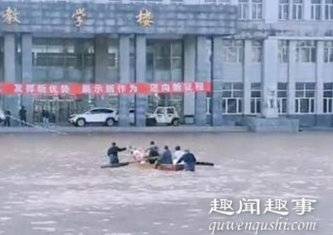 9月4日,黑龙江一所高校被淹的视频刷屏:学校门前积水没过台阶,半个牌匾都没了