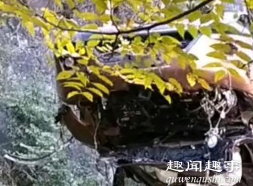 湖北一轿车坠崖4天后被发现已成废铁 车内画面更令人痛心内幕揭秘实在令人惊愕
