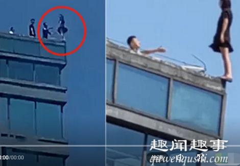 轻生女子脚后跟悬空站在高楼顶上 救援时惊险瞬间曝光