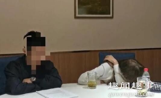 近日,湖南一名空姐收男友上百万财物,结果却和男同事过夜,现场不堪一幕被拍下