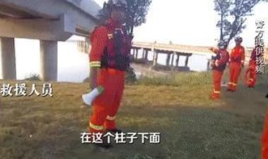 男子坠江后110和119束手无策 岸边80岁阿婆出手了(视频)